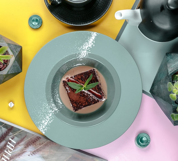 Schokoladenkuchen in der draufsicht der platte Kostenlose Fotos