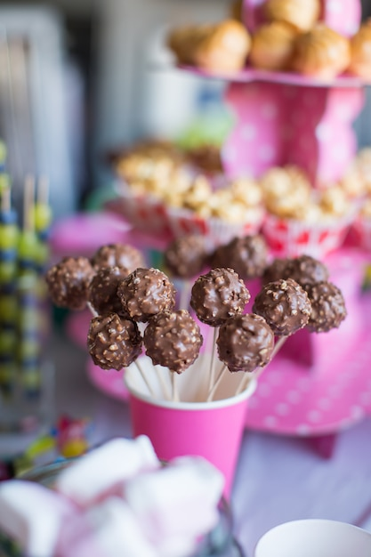 Schokoladenkuchen knallt auf feiertagsnachtischtabelle an der kindergeburtstagsfeier Premium Fotos