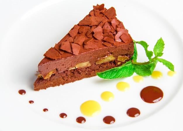 Schokoladenkuchen mit der schokoladencreme lokalisiert auf weiß Kostenlose Fotos
