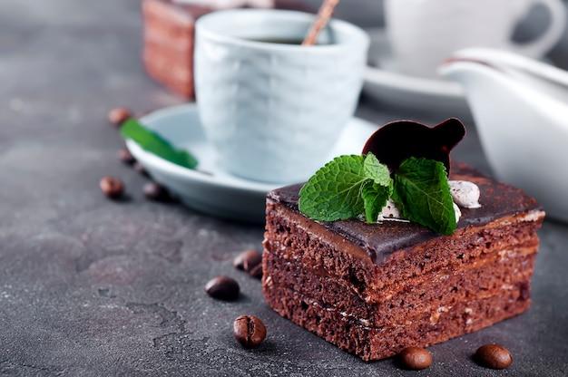 Schokoladenkuchen mit einem tasse kaffee Premium Fotos