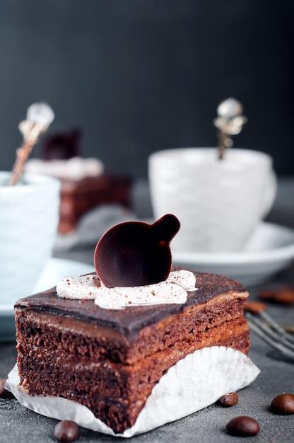 Schokoladenkuchen mit einer tasse kaffee Premium Fotos