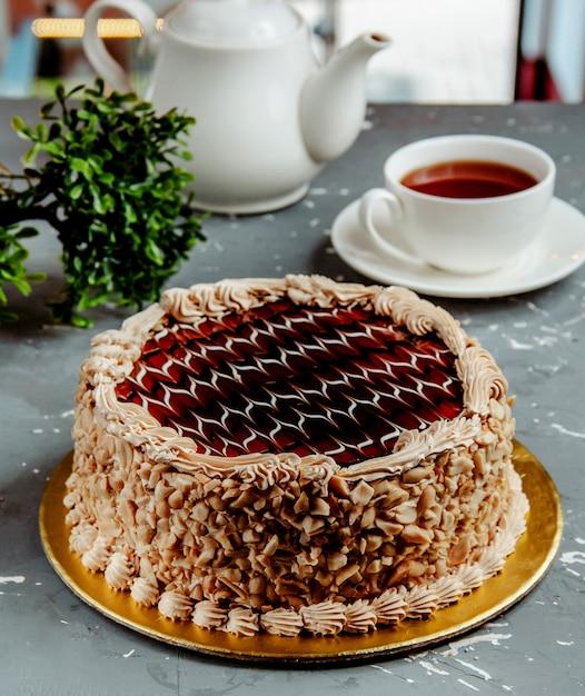 Schokoladenkuchen mit erdnüssen auf dem tisch Kostenlose Fotos