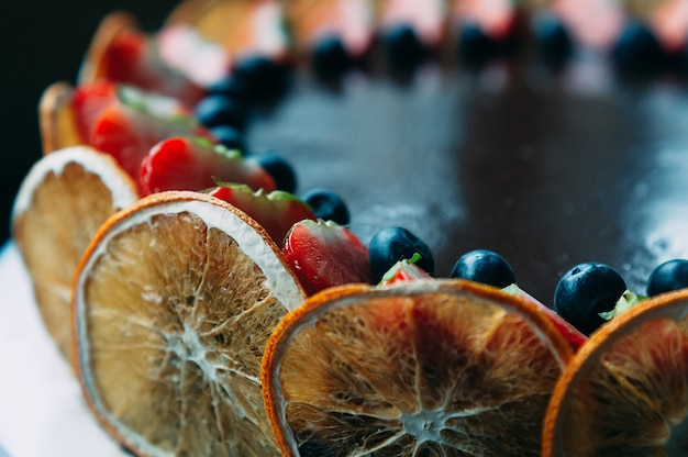 Schokoladenkuchen mit frucht, selektiver fokus Premium Fotos