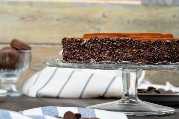 Schokoladenkuchen mit schokoladenpulver oben drauf Premium Fotos