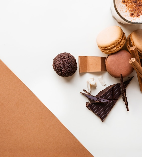 Schokoladenkugel; makronen und kaffee glas mit zutaten auf weißem hintergrund Kostenlose Fotos