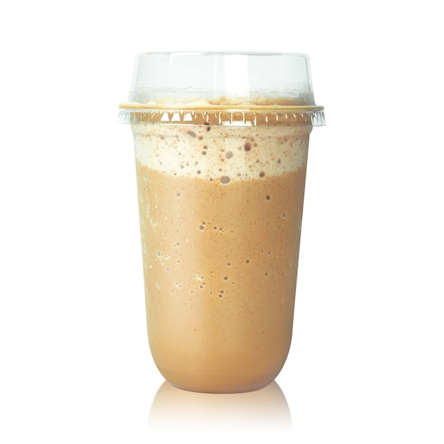 Schokoladenlattekaffee in der plastikschale lokalisiert auf weiß. Premium Fotos