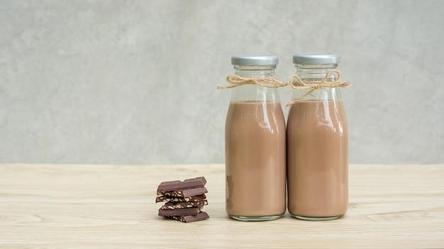 Schokoladenmilch auf einem holztisch. Premium Fotos