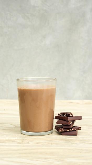 Schokoladenmilch auf einem holztisch Premium Fotos