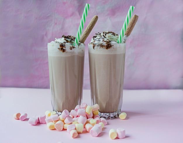 Schokoladenmilchshake mit eis und schlagsahne, marshmallows, keksen, waffeln, serviert in einer glasschale. Premium Fotos