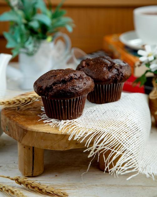 Schokoladenmuffin und eine tasse schwarzen tee Kostenlose Fotos