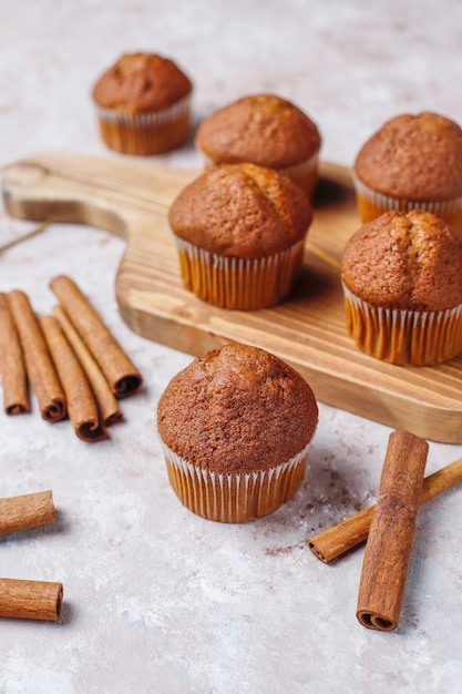 Schokoladenmuffins auf hellbraunem hintergrund, selektiver fokus. Kostenlose Fotos