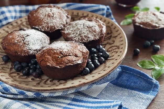 Schokoladenmuffins und blaue beeren Premium Fotos