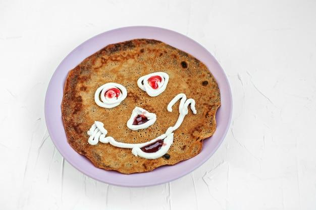 Schokoladenpfannkuchen auf einer platte für kinder. frühstück. Premium Fotos