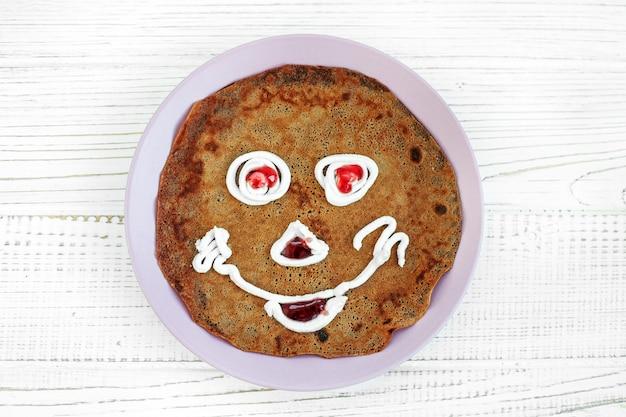 Schokoladenpfannkuchen für kinder. frühstück. Premium Fotos