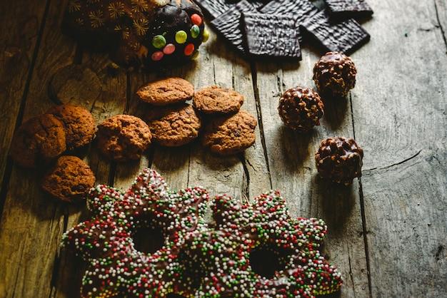 Schokoladenplätzchen, lebkuchenplätzchen und dunkle schokolade mit minze für weihnachtscreme Premium Fotos