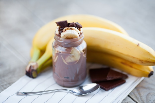 Schokoladenpudding mit banane. Premium Fotos