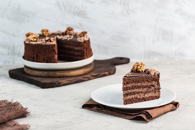 Schokoladenschwammkuchen auf einem hellen hintergrund. dessert für geburtstag und urlaub. Premium Fotos