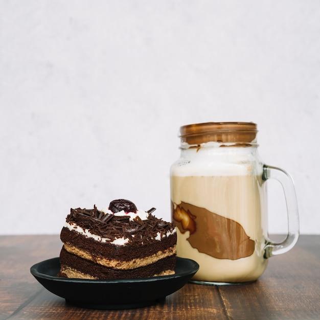 schokoladensmoothie im glas mit scheibe des kuchens auf. Black Bedroom Furniture Sets. Home Design Ideas