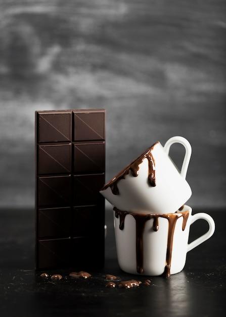 Schokoladentablette und -becher gefüllt mit schokolade Kostenlose Fotos