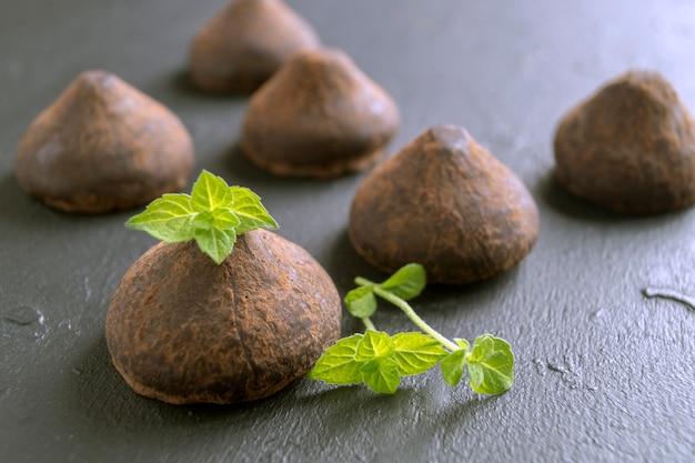 Schokoladentrüffeln auf einem grauen hintergrund. Premium Fotos