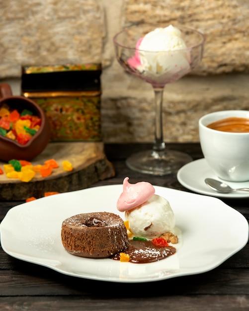 Schokoladenvulkan und eis mit baiser Kostenlose Fotos