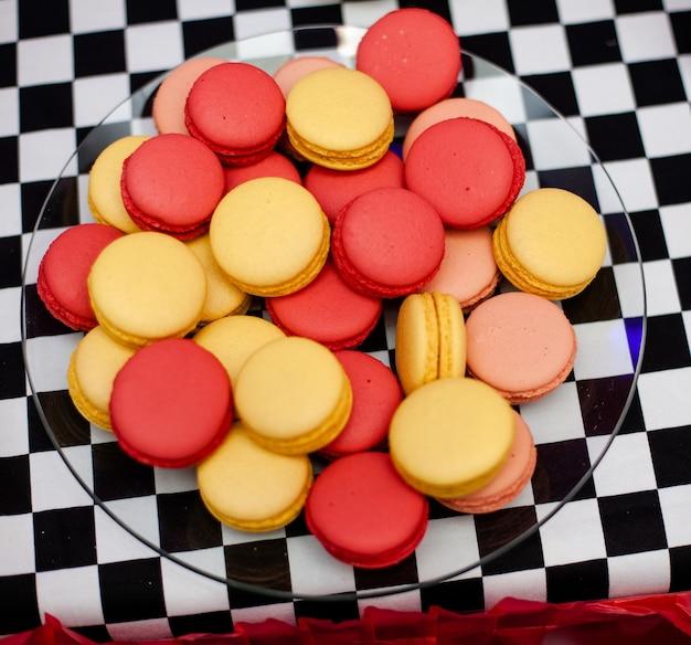 Schokoriegel auf der geburtstagsfeier des jungen mit vielen verschiedenen süßigkeiten Premium Fotos