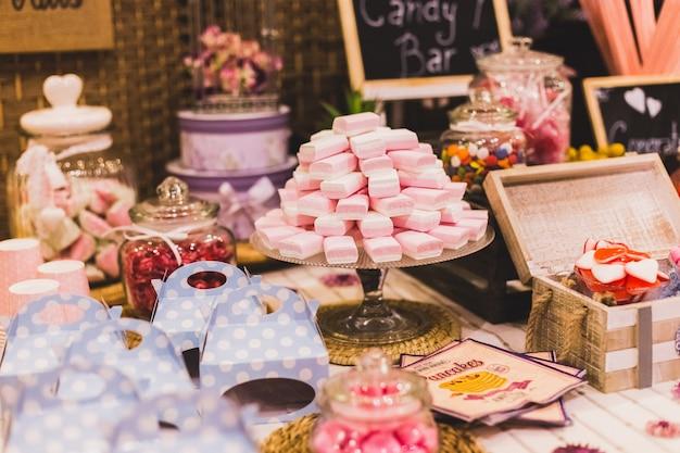 Schokoriegel bei einer hochzeit gefüllt mit bonbons und flitter Premium Fotos