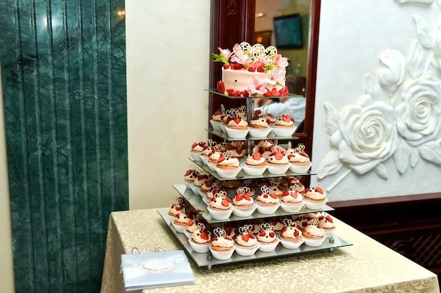 Schokoriegel. köstliches süßes buffet mit kleinen kuchen. süßes weihnachtsbuffet mit cupcakes Premium Fotos