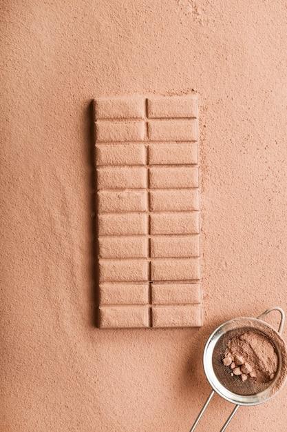 Schokoriegel mit kakaopulver mit sieb bestäubt Kostenlose Fotos