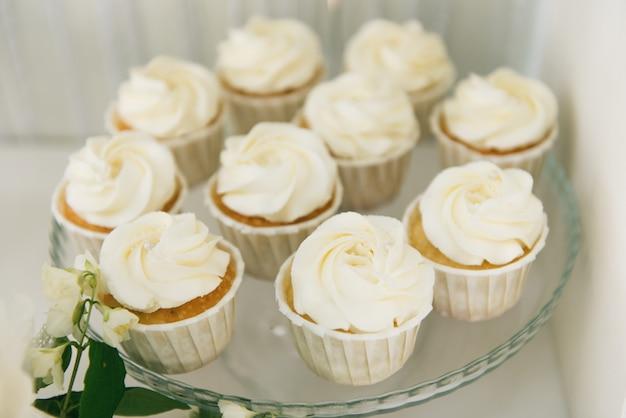 Schokoriegel. weiße cupcakes. das konzept der kindergeburtstagsfeiern und hochzeiten Premium Fotos