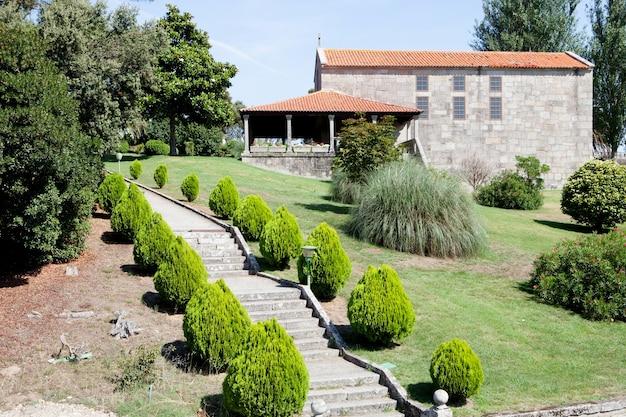 Schone Garten An Der Aussenseite Eines Hotels Download Der Premium