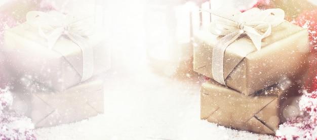 sch ne geschenk boxen mit weihnachten requisiten auf pastell hintergrund download der. Black Bedroom Furniture Sets. Home Design Ideas