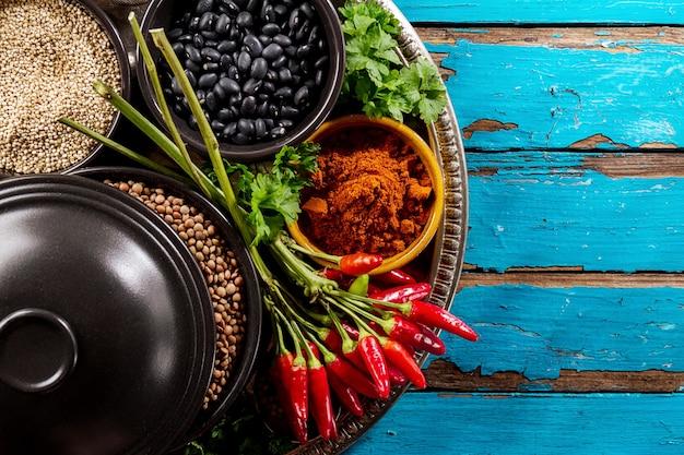 sch ne leckere appetitanregende zutaten gew rze grocery red chilli pfeffer schwarze schalen zum. Black Bedroom Furniture Sets. Home Design Ideas