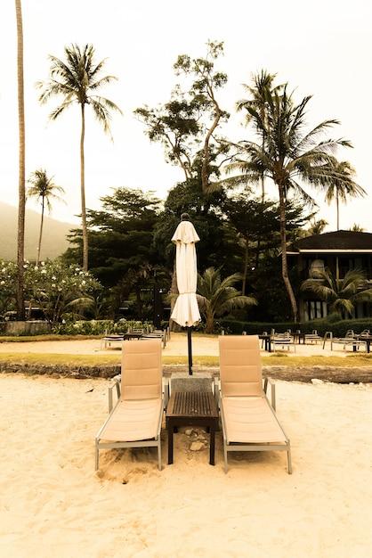 sch ne silhouette luxus regenschirm und stuhl um schwimmbad im hotel pool resort mit kokosnuss. Black Bedroom Furniture Sets. Home Design Ideas