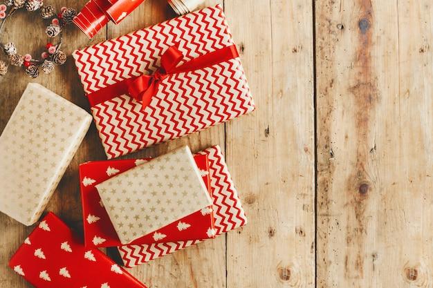 Schöne Weihnachtsgeschenke.Schöne Weihnachtsgeschenke Auf Holztisch Download Der Kostenlosen