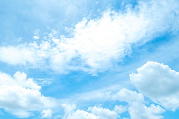 sch ner blauer himmel mit sch nen wolken f r hintergrund download der premium fotos. Black Bedroom Furniture Sets. Home Design Ideas