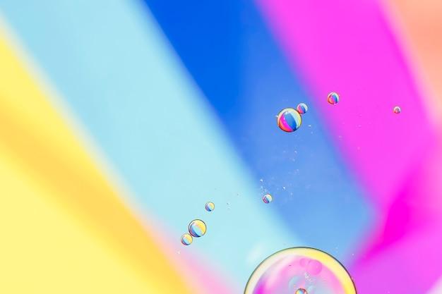 Schräge regenbogenstrahlen und blasen Kostenlose Fotos