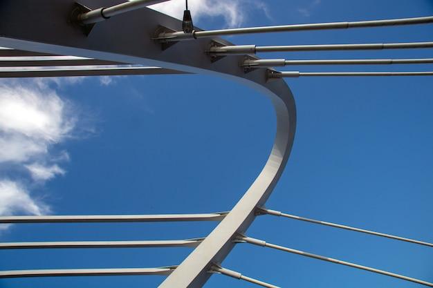 Schrägseilbrücke gegen die blaue nahaufnahme des bewölkten himmels an einem sonnigen sommertag Premium Fotos