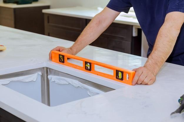 Schränke mit granitarbeitsplattenrenovierung und granitinstallation Premium Fotos