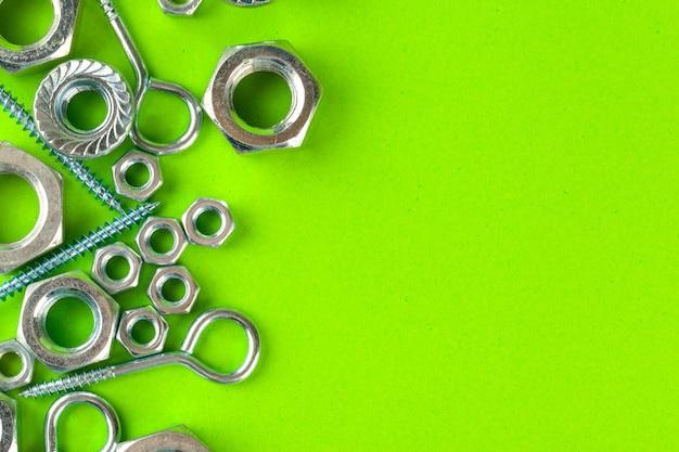 Schrauben und muttern auf grün Premium Fotos