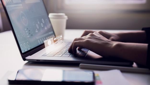 Schreibentastaturlaptop der frau und kontoanmeldungsschirm auf dem arbeiten im büro auf tabellenhintergrund. sicherheitskonzepte zur internetnutzung. Premium Fotos