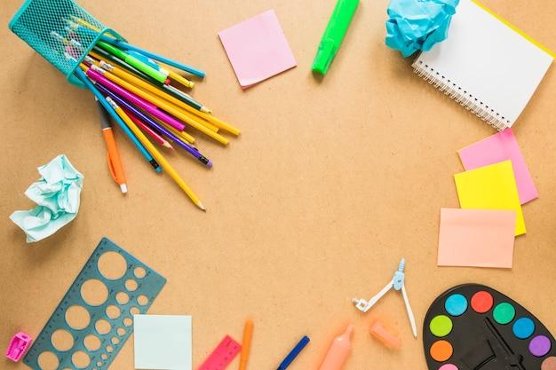 Schreibgeräte im kreis gelegt Kostenlose Fotos