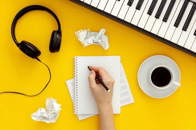 Schreibtisch des musikers für songwriter-arbeit mit kopfhörern und synthesizer Premium Fotos