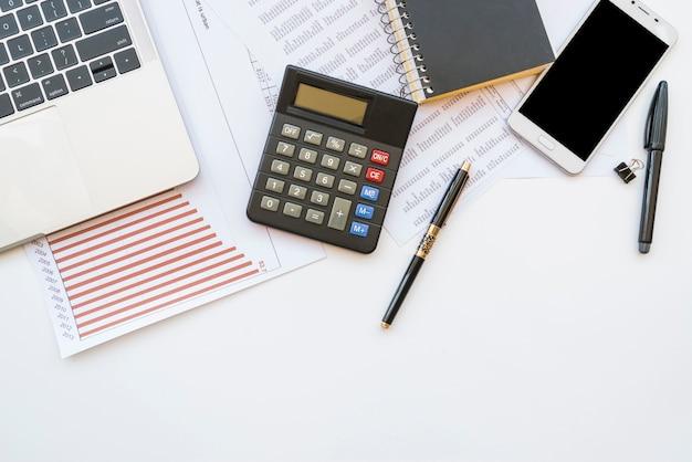 Schreibtisch mit bürowerkzeug und gadgets Kostenlose Fotos