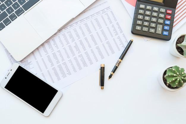 Schreibtisch mit dokumenten und arbeitsgeräten Kostenlose Fotos