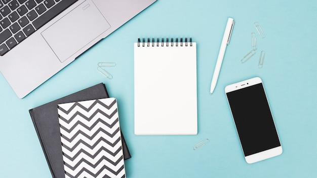 Schreibtisch mit objekten Kostenlose Fotos