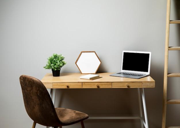 Schreibtisch mit stuhl und leiter Kostenlose Fotos