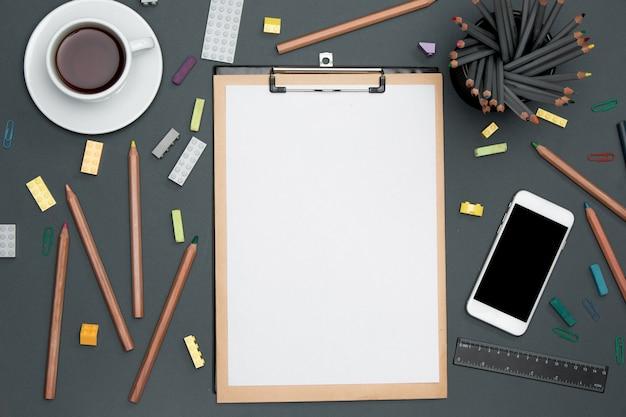 Schreibtisch tisch mit stiften, zubehör, telefon und tasse Kostenlose Fotos
