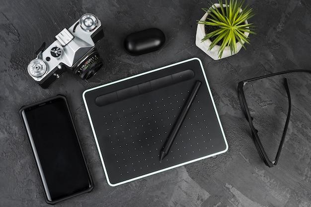 Schreibtischanordnung auf draufsicht des schieferhintergrundes Kostenlose Fotos