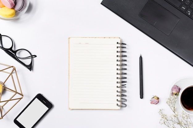 Schreibtischarbeitsplatz mit verschiedenen elementen Kostenlose Fotos